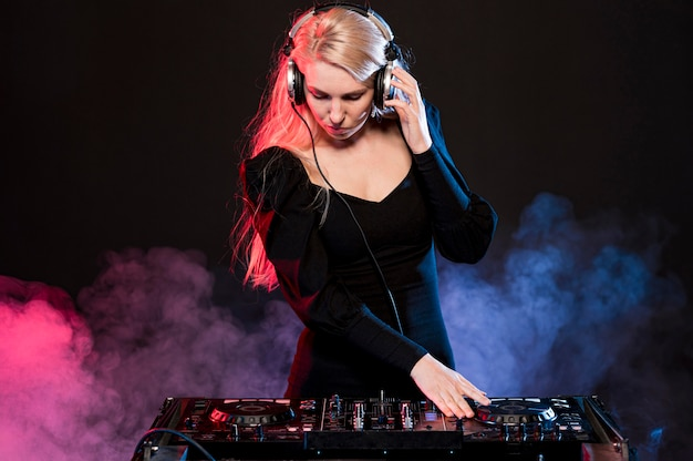 Kobieta Miksowania Muzyki Darmowe Zdjęcia