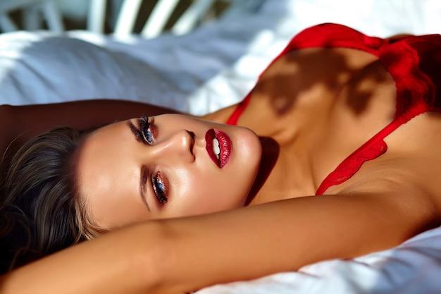 Kobieta Model Jest Ubranym Czerwoną Bieliznę Na łóżku W Ranku Darmowe Zdjęcia