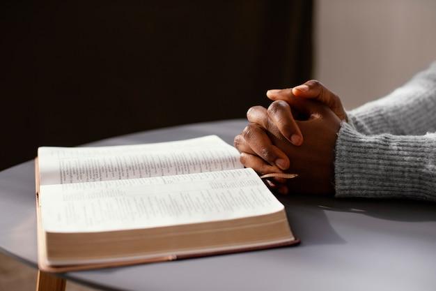 Kobieta Modląca Się Za Swoich Bliskich Darmowe Zdjęcia