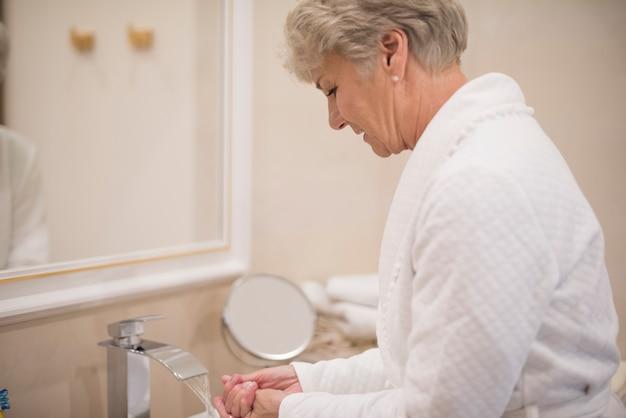 Kobieta Mycie Rąk W łazience Darmowe Zdjęcia