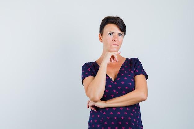 Kobieta Myśli O Rozwiązaniu Problemu W Sukience Darmowe Zdjęcia