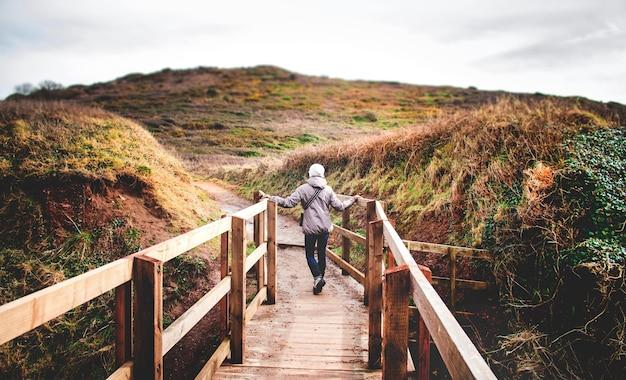 Kobieta Na Drewnianej Promenadzie O Charakterze Darmowe Zdjęcia