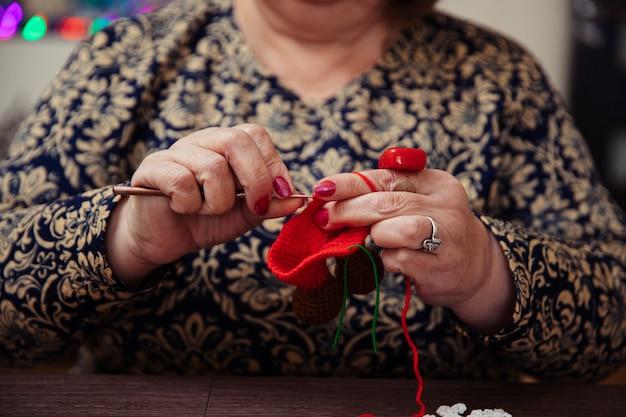 Kobieta Na Drutach Z Czerwonymi Nitkami. Wysokiej Jakości Zdjęcie Darmowe Zdjęcia