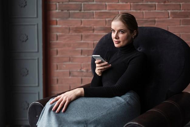 Kobieta Na Kanapie Z Telefonem Komórkowym Darmowe Zdjęcia
