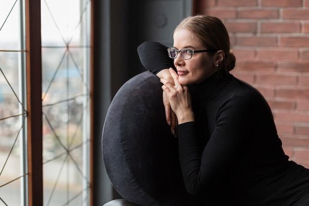 Kobieta Na Krześle, Patrząc Od Hotelu Darmowe Zdjęcia