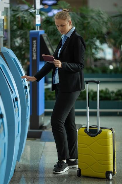 Kobieta Na Lotnisku Premium Zdjęcia
