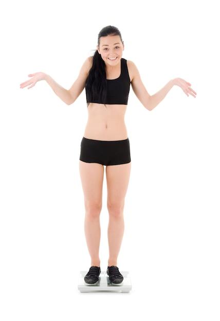 Kobieta Na Skale Na Białym Premium Zdjęcia