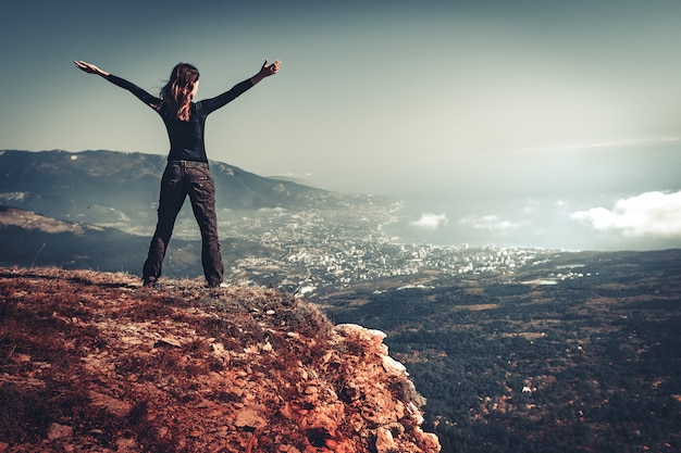 Kobieta Na Szczycie Góry Premium Zdjęcia
