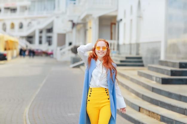 Kobieta Na Ulicy Na Wiosnę W Jasne Piękne Ubrania Premium Zdjęcia