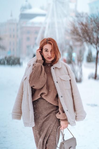 Kobieta Na Zewnątrz Na śnieg Zimny Zimowy Dzień Darmowe Zdjęcia