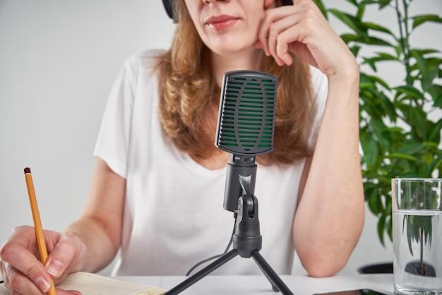 Kobieta Nagrywa Podcast Online W Domu Premium Zdjęcia