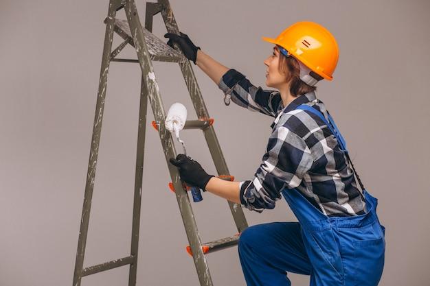 Kobieta naprawiacz z drabiną w mundurze odizolowywającym Darmowe Zdjęcia