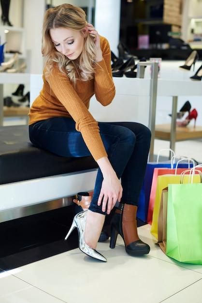 Kobieta Nie Może Zdecydować, Które Buty Kupić Darmowe Zdjęcia