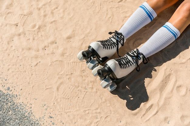 Kobieta Nogi W Skarpetkach I łyżwy Na Piasku Darmowe Zdjęcia