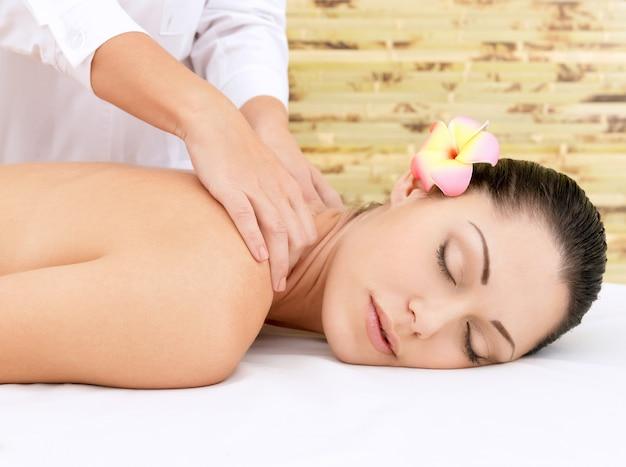 Kobieta O Masażu Głowy W Salonie Spa. Koncepcja Zabiegów Kosmetycznych. Darmowe Zdjęcia