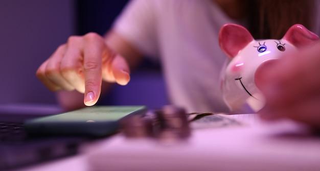 Kobieta Obliczyć Sytuację Finansową Premium Zdjęcia