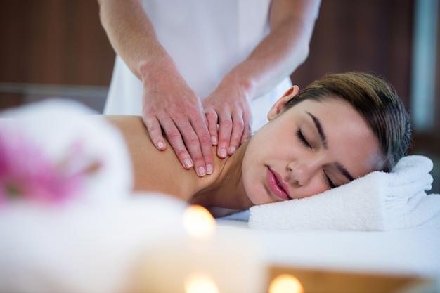 Kobieta Odbiera Masaż Pleców Premium Zdjęcia