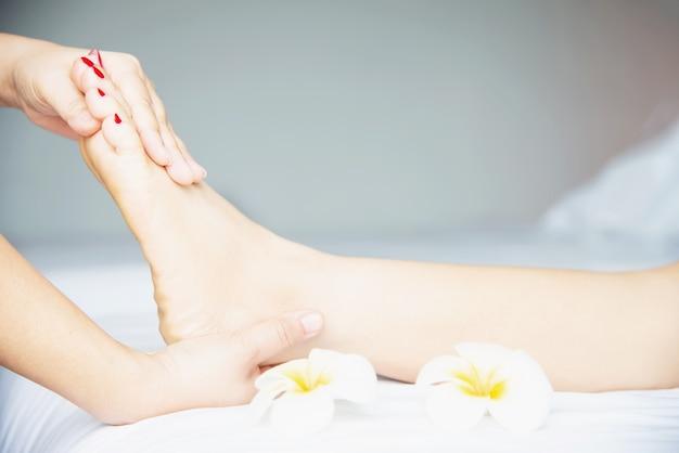 Kobieta odbiera usługi masażu stóp z masażystka bliska pod ręką i stóp - zrelaksować się w koncepcji usługi terapii masażu stóp Darmowe Zdjęcia