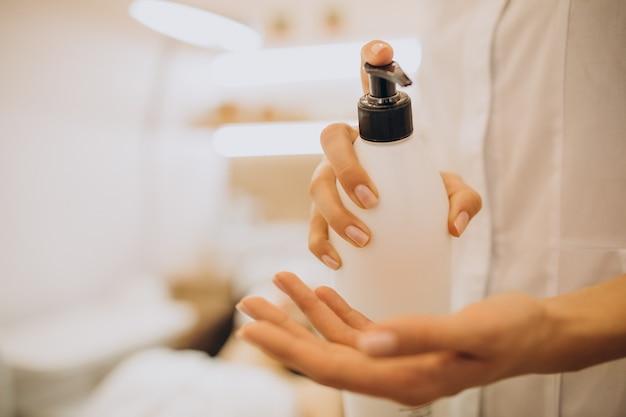 Kobieta Odwiedzająca Kosmetologa I Wykonująca Zabiegi Odmładzające Darmowe Zdjęcia