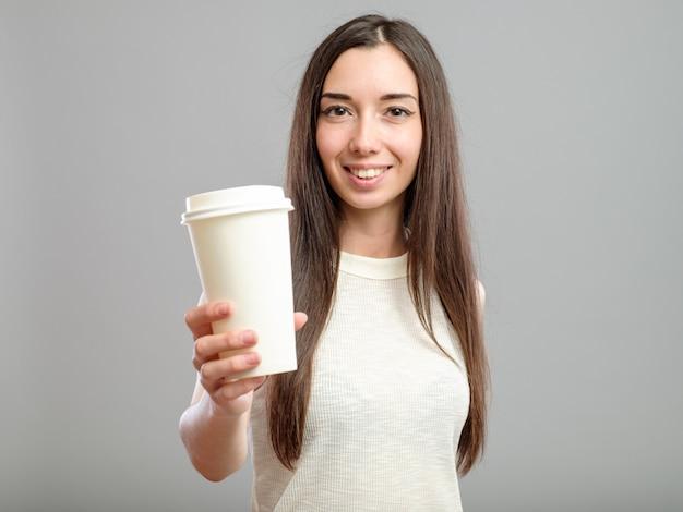 Kobieta Oferuje Białą Filiżankę Kawy Premium Zdjęcia