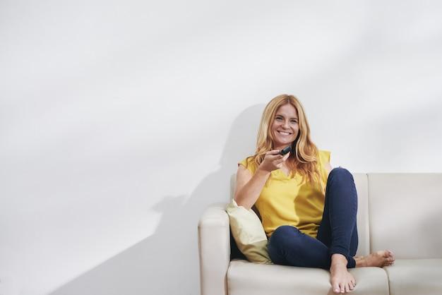 Kobieta Oglądając Serial Telewizyjny Darmowe Zdjęcia
