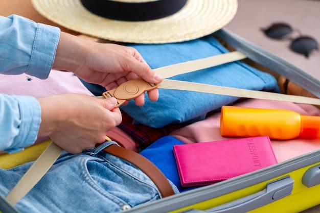 Kobieta Pakuje Bagaż W Domu Na Nową Podróż I Podróżuje. Walizka Podróżna Na Podróże Wakacyjne I Wakacje Premium Zdjęcia