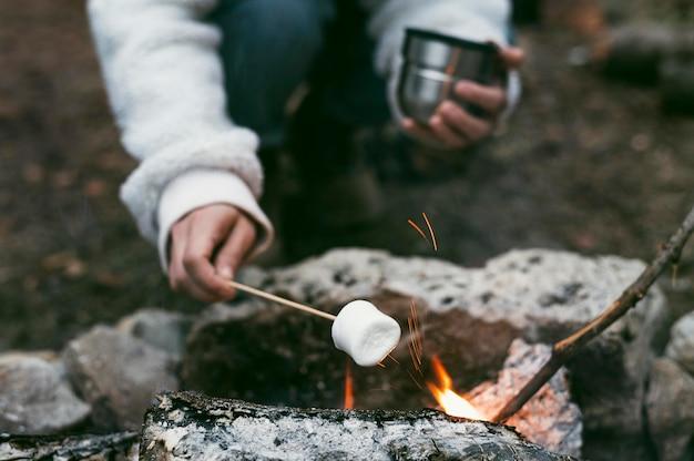 Kobieta Pali Marshmallows W Ognisku Darmowe Zdjęcia