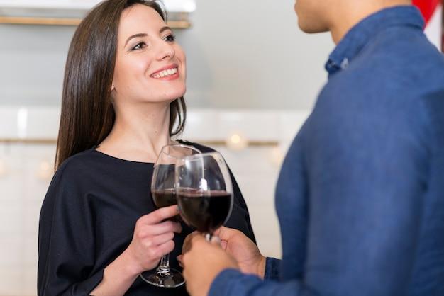 Kobieta Patrzeje Jej Męża Podczas Gdy Trzymający Szkło Wino Darmowe Zdjęcia