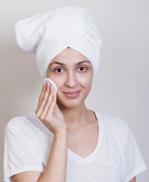 Kobieta patrzeje kamery cleaning twarz Darmowe Zdjęcia