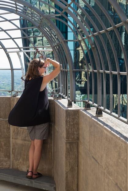Kobieta Patrzeje Miasto Widok Przez Poręczy, Minneapolis, Hennepin Okręg Administracyjny, Minnestoa, Usa Premium Zdjęcia