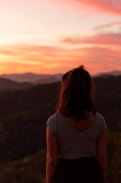Kobieta Patrzeje Zdala Od Behind Strzału Darmowe Zdjęcia