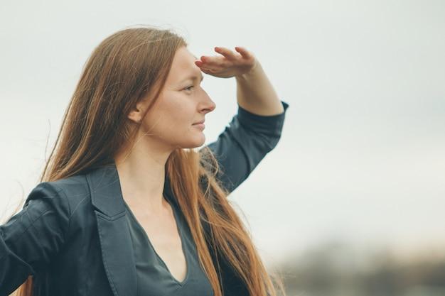 Kobieta Patrzy W Dal. Przejawy Emocji, Problemy Ze Wzrokiem. Premium Zdjęcia