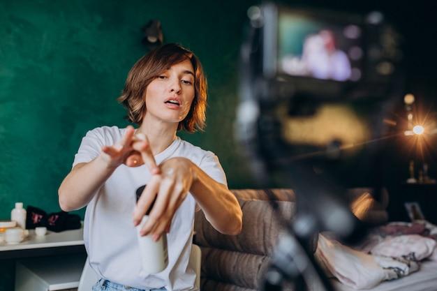 Kobieta piękna vlogger filmuje vlog o kremach Darmowe Zdjęcia