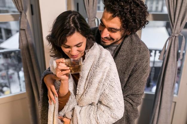 Kobieta Pije Herbatę Obok Męża Darmowe Zdjęcia