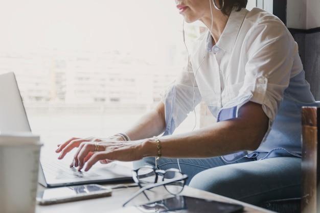 Kobieta pisania na klawiaturze laptopa Darmowe Zdjęcia