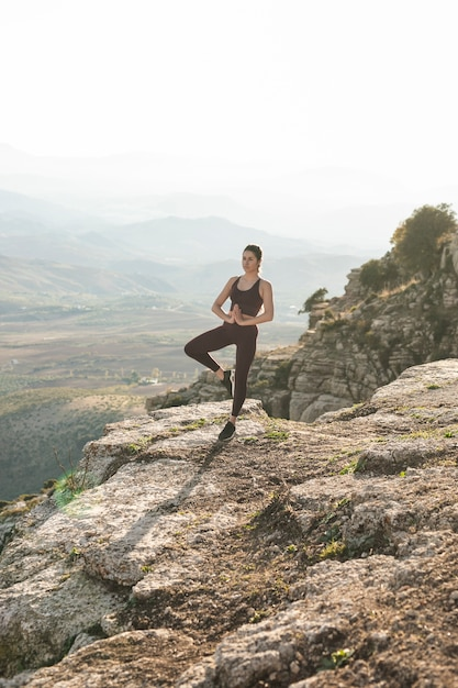 Kobieta Pod Dużym Kątem Medytacji Darmowe Zdjęcia