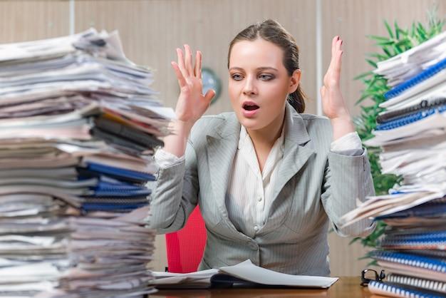 Kobieta Pod Wpływem Stresu Wynikającego Z Nadmiernej Pracy Na Papierze Premium Zdjęcia
