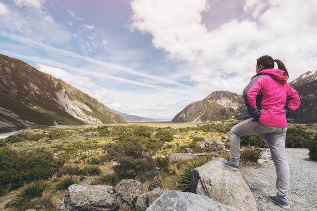 Kobieta Podróżnik Podróżuje W Pustkowie Krajobrazie Premium Zdjęcia
