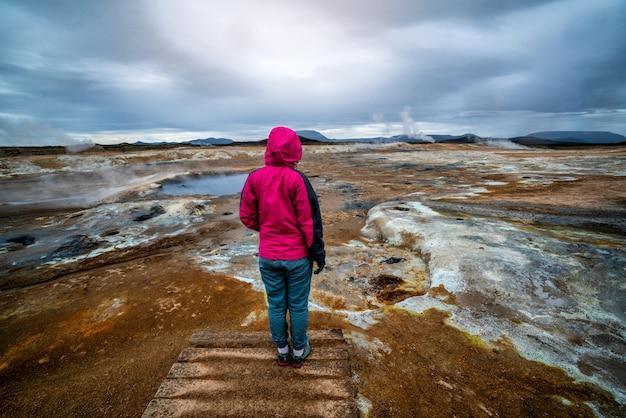 Kobieta Podróżnik W Hverir, Namafjall W Islandii Premium Zdjęcia