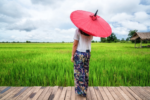 Kobieta Podróżnik Wycieczkuje Azjatyckiego Ryżu Pola Krajobraz. Premium Zdjęcia