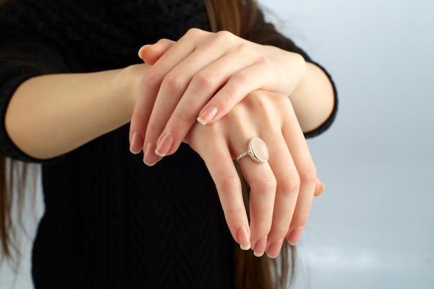 Kobieta Pokazano Jej Pierścień Premium Zdjęcia
