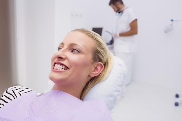 Kobieta Pokazuje Jej Zęby W Klinice Darmowe Zdjęcia