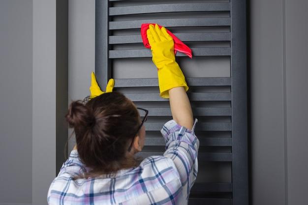 Kobieta pokojówka sprząta Premium Zdjęcia