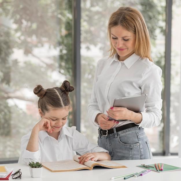 Kobieta Pomaga Jej Córce Z Jej Klasami Darmowe Zdjęcia