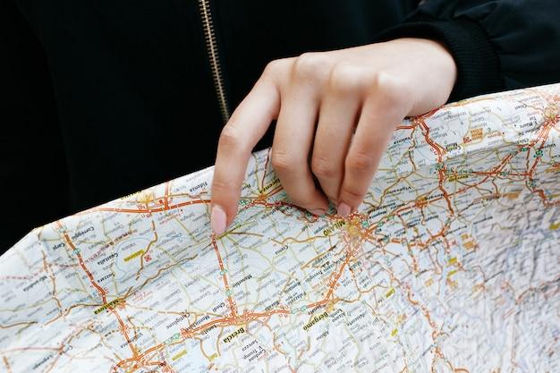 Kobieta posiada turystyczną mapę w jej ramię Darmowe Zdjęcia