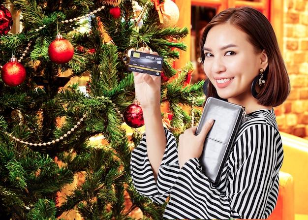 Kobieta posiadania karty kredytowej do dokonywania płatności Premium Zdjęcia