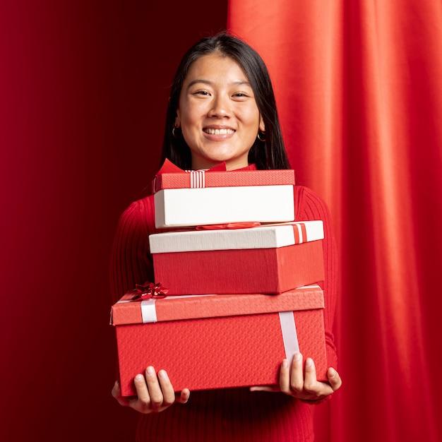 Kobieta Pozuje Z Prezentów Pudełkami Dla Chińskiego Nowego Roku Darmowe Zdjęcia