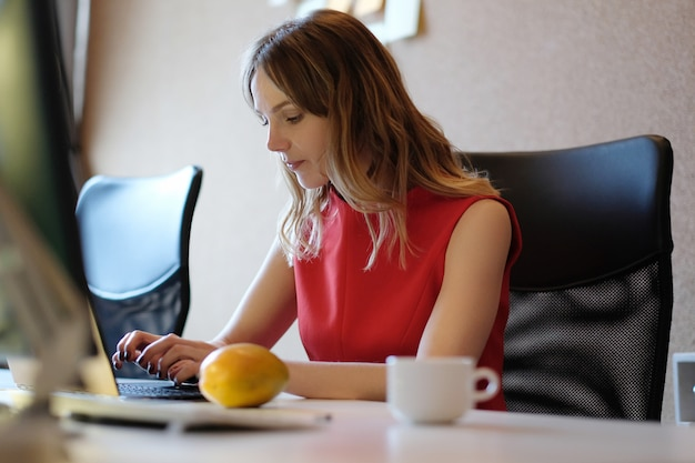 Kobieta Pracująca, Skupiona Darmowe Zdjęcia