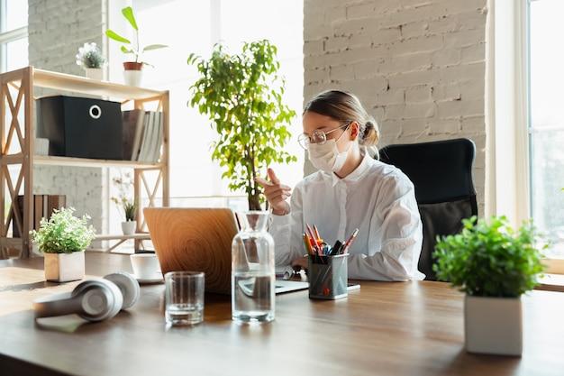 Kobieta Pracująca W Domu Podczas Koronawirusa Lub Kwarantanny Covid-19 Darmowe Zdjęcia