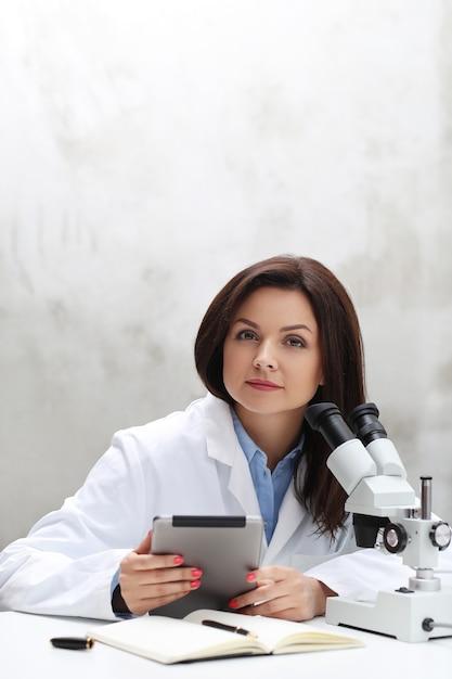 Kobieta Pracująca W Laboratorium Z Mikroskopem Darmowe Zdjęcia